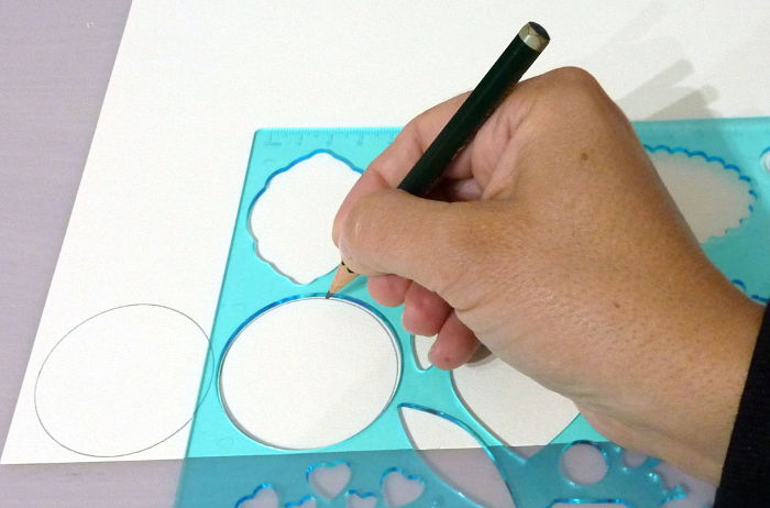 Kreise mit Schablone auf Farbkarton übertragen