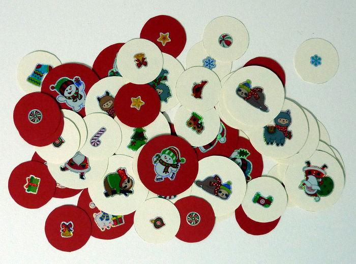 Kreise aus Farbkarton mit weihnachtlichen Motivstickern