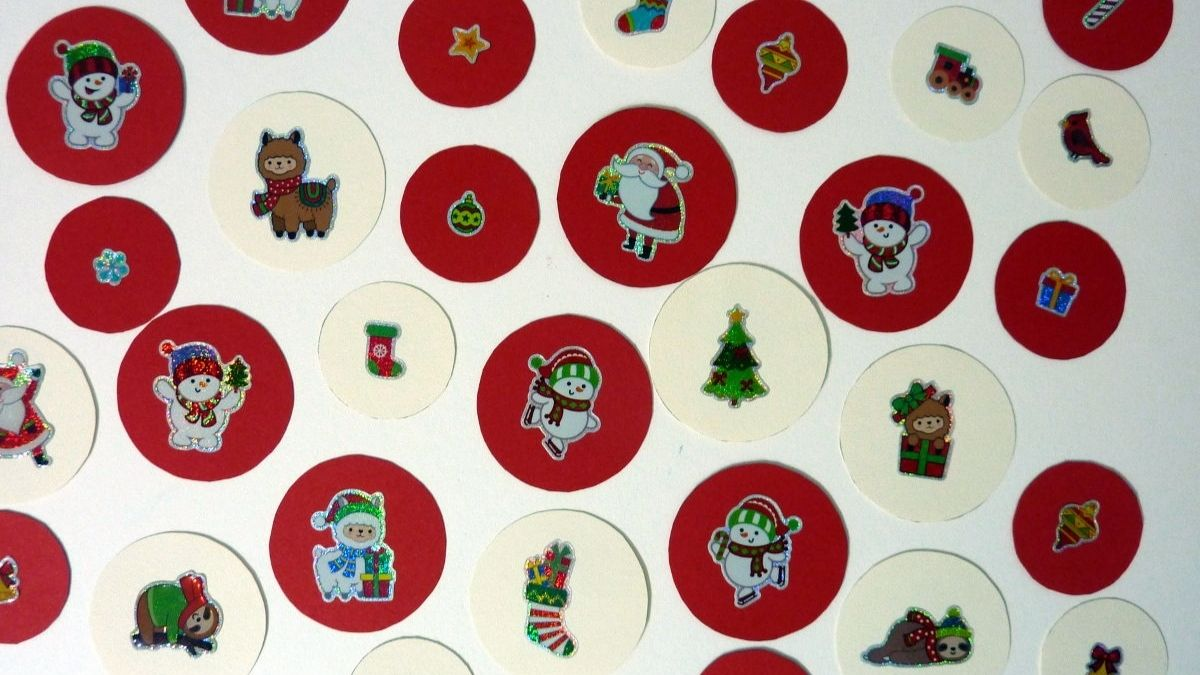 Girlanden basteln zu Weihnachten mit Farbkarton und Motivstickern